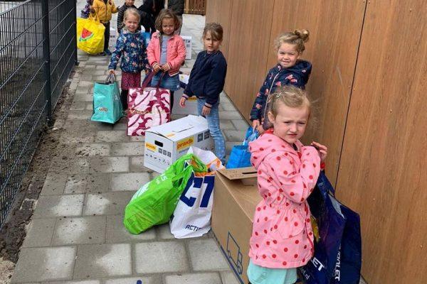 Kinderen tijdens verhuizing naar tijdelijke locatie Leef